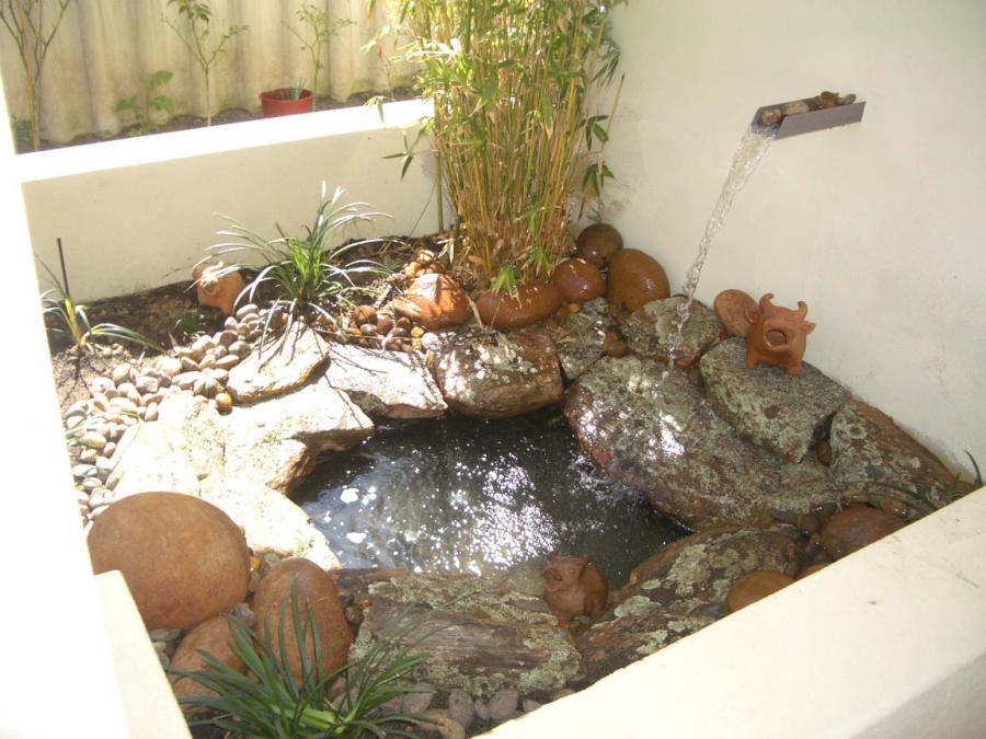 Bl front garden design surrey for Small garden water features